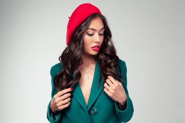 Nahaufnahmeporträt der schönen jungen französischen frau mit rotem lippenstift