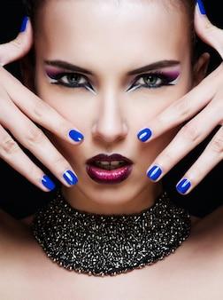 Nahaufnahmeporträt der sexy kaukasischen jungen frau mit zaubermake-up