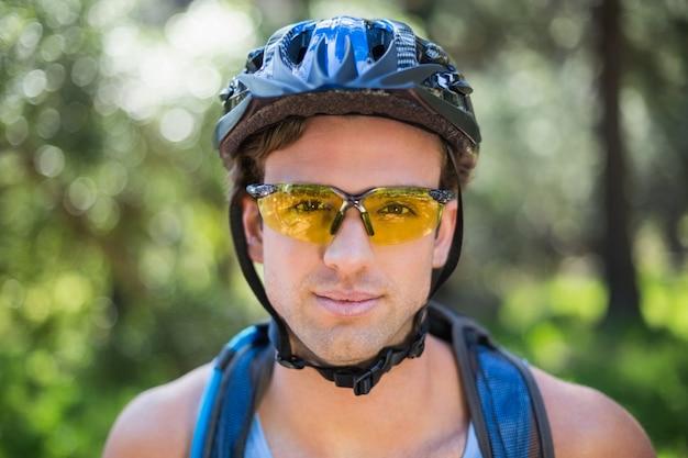 Nahaufnahmeporträt der tragenden sonnenbrille des jungen mannes