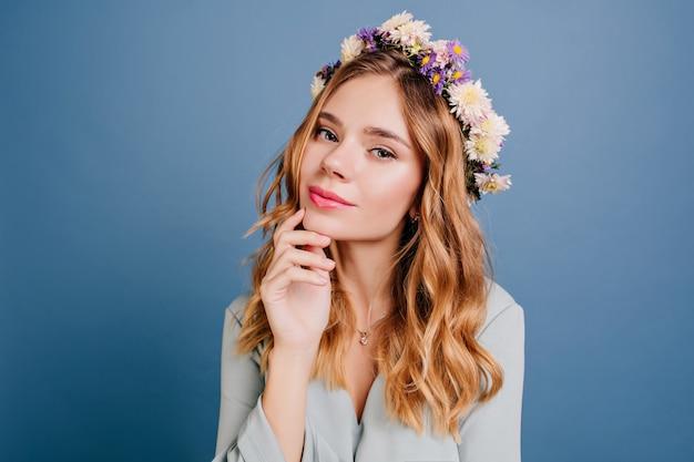Nahaufnahmeporträt der weißen verträumten frau mit glänzendem welligem haar