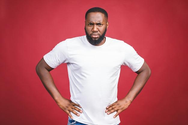 Nahaufnahmeporträt des dummen ahnungslosen jungen afrikanischen mannes, arme aus und fragt, warum das problem ist