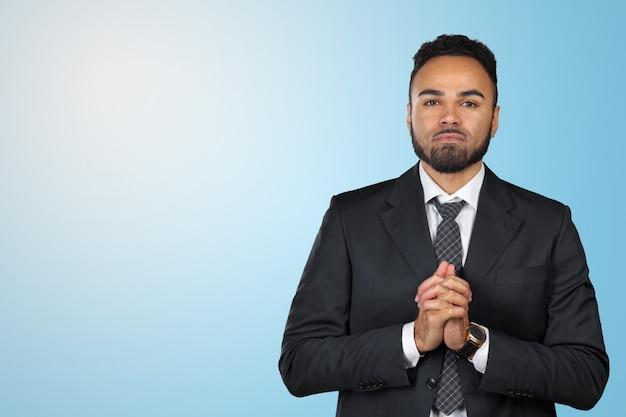 Nahaufnahmeporträt des geschäftsmannes des jungen mannes, der bitte recht gestikuliert und bittet