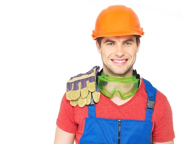 Nahaufnahmeporträt des glücklichen arbeiters in der uniform lokalisiert auf weiß