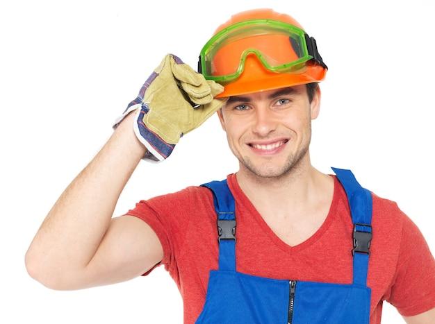 Nahaufnahmeporträt des glücklichen handwerkers in der uniform lokalisiert auf weiß