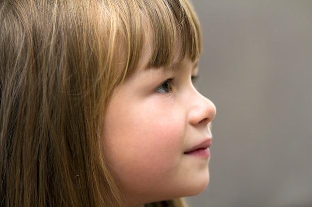 Nahaufnahmeporträt des hübschen kleinen mädchens. lächelndes kind