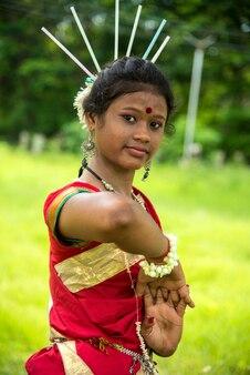 Nahaufnahmeporträt des jungen gondi-stammesmädchens, das weltstammes-tag feiert