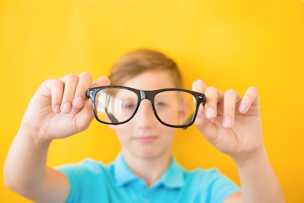 Nahaufnahmeporträt des jungen mannes mit brille