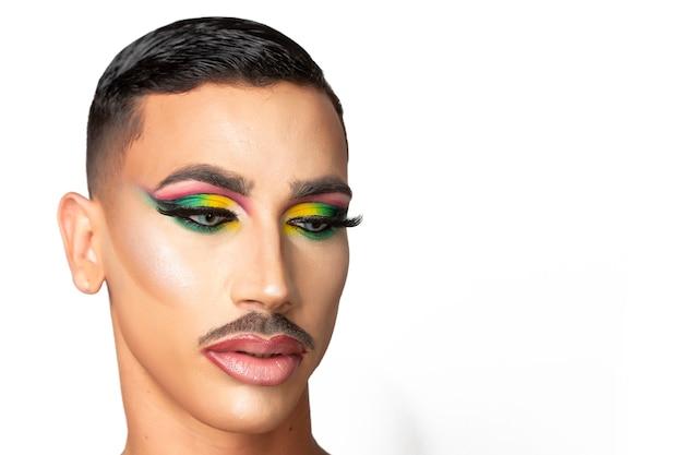 Nahaufnahmeporträt des jungen mannes mit schnurrbart und bezauberndem make-up auf weißem hintergrund
