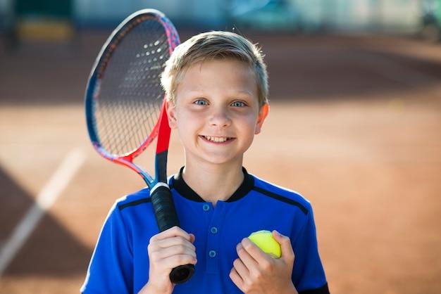 Nahaufnahmeporträt des kindes auf dem tennisfeld