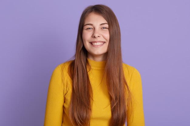 Nahaufnahmeporträt des lächelnden mädchens mit perfektem lächeln und weißen zähnen