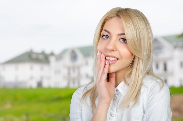 Nahaufnahmeporträt des netten jungen geschäftsfraulächelns