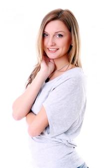 Nahaufnahmeporträt des netten jungen mädchens, das gegen weißen hintergrund lächelt