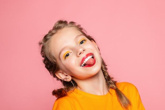 Nahaufnahmeporträt des reizenden süßen neugierigen fröhlichen fröhlichen klugen klugen mädchens isolierte rosa pastellfarbwand