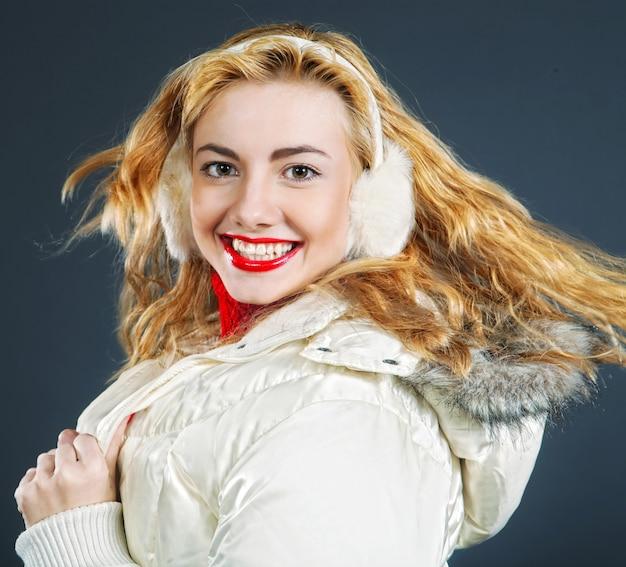 Nahaufnahmeporträt des schönen mode-mädchens, das warme winterkleidung trägt