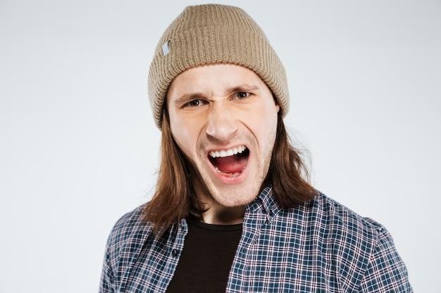 Nahaufnahmeporträt des schreienden hipsters