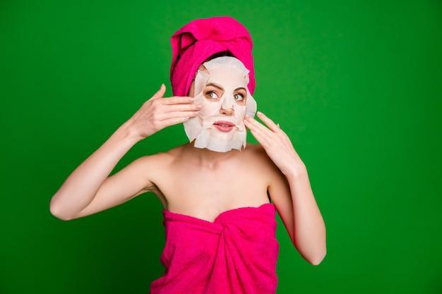 Nahaufnahmeporträt einer attraktiven verträumten nackten dame mit turban mit gesichtsmaske einzeln auf hellgrünem hintergrund