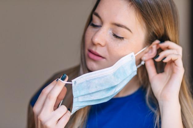 Nahaufnahmeporträt einer frau, die schutzmaske trägt. konzept des gesundheits- und sicherheitslebens, coronavirus, virenschutz, pandemie.