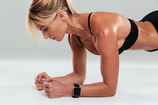 Nahaufnahmeporträt einer konzentrierten blonden sportlerin