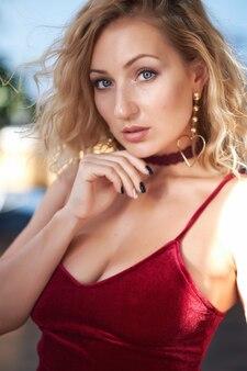 Nahaufnahmeporträt einer schönen blonden jungen frau, die die kamera betrachtet.