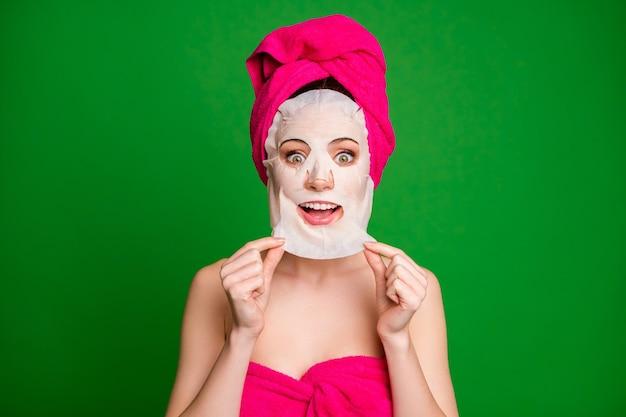 Nahaufnahmeporträt einer schönen fröhlichen dame mit turban, die die gesichtsmaske entfernt, lift-uplift-effekt, makellose haut einzeln auf hellgrünem hintergrund