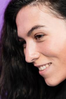 Nahaufnahmeporträt einer smiley-frau
