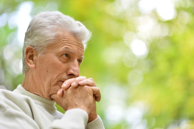 Nahaufnahmeporträt eines älteren mannes, der über etwas nachdenkt