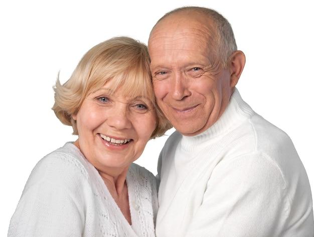 Nahaufnahmeporträt eines älteren paares, das sich umarmt