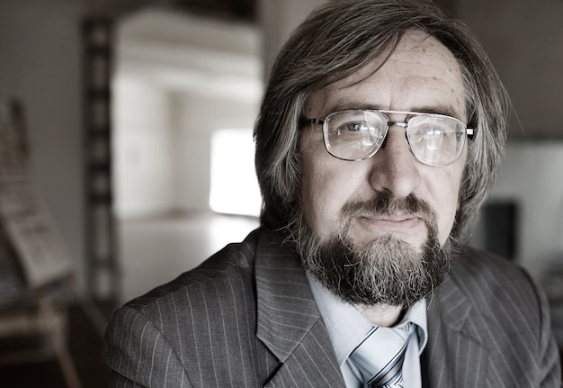 Nahaufnahmeporträt eines älteren reifen professors