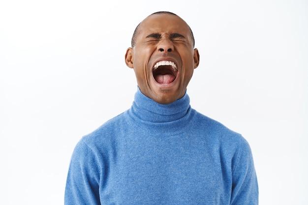 Nahaufnahmeporträt eines afroamerikanischen erwachsenen mannes, der während der pandemie-quarantäne seinen job verloren hat
