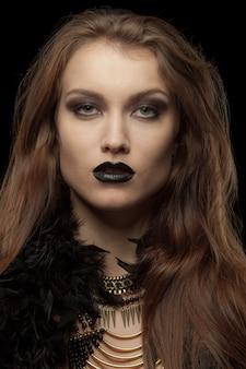 Nahaufnahmeporträt eines gotischen femme fatale mit den schwarzen lippen