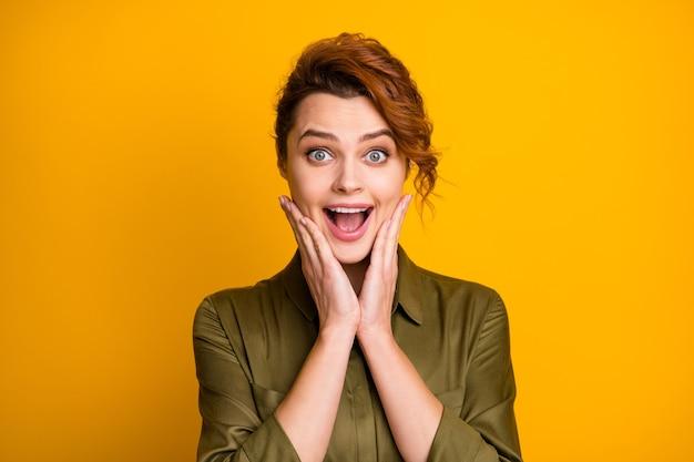 Nahaufnahmeporträt eines hübschen, aufgeregten fröhlichen mädchens gute nachrichtenreaktion