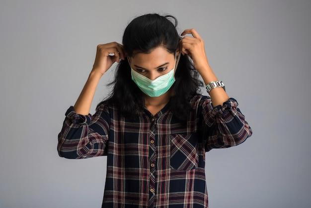 Nahaufnahmeporträt eines jungen mädchens oder einer frau, die eine medizinische oder chirurgische maske tragen
