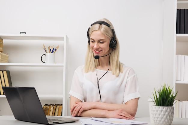 Nahaufnahmeporträt eines kundendienstagenten, der im büro sitzt
