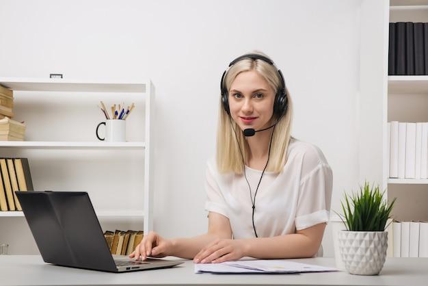 Nahaufnahmeporträt eines kundendienstmitarbeiters, der am bürobild sitzt