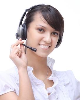 Nahaufnahmeporträt eines lächelnden frauenbetreibers eines callcenters. isoliert auf weiß
