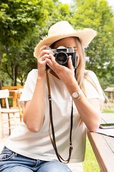 Nahaufnahmeporträt eines mädchens, das ein foto macht