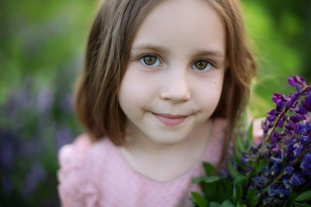 Nahaufnahmeporträt eines romantischen charmanten kleinen mädchens mit langen haaren.