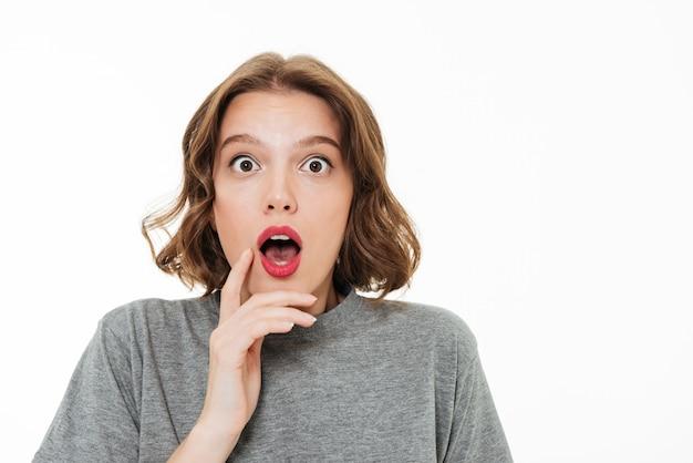 Nahaufnahmeporträt eines schockierten hübschen mädchens