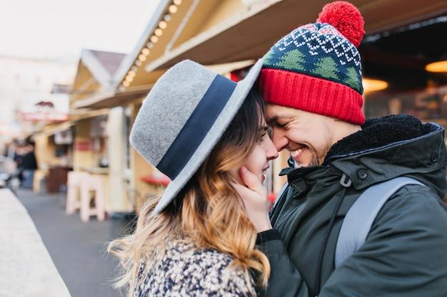 Nahaufnahmeporträt erstaunliches paar in der liebe, die zeit zusammen auf straße genießt. wahre schöne gefühle, strahlende gefühle, glück, weihnachtszeit, verlieben.