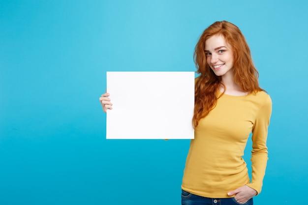 Nahaufnahmeporträt junges rotes haarmädchen lächelnd mit leerem zeichen.