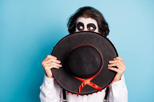 Nahaufnahmeporträt seines erschrockenen mannes gentleman fremder, der das gesicht hinter dem sombrero versteckt, der beiseite schaut
