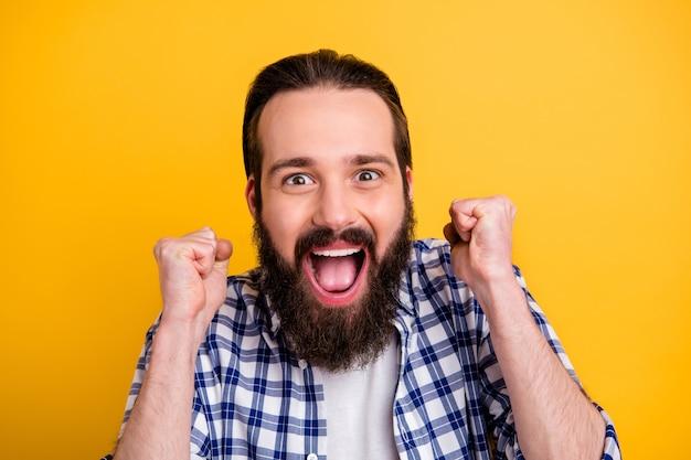 Nahaufnahmeporträt seines netten attraktiven verrückten überglücklichen fröhlichen fröhlichen bärtigen kerls im karierten hemd