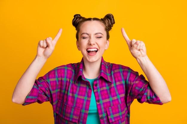 Nahaufnahmeporträt von ihr, einem hübschen, hübschen, fröhlichen, fröhlichen mädchen, das ein kariertes hemd trägt und einen neuen lustigen frisuren-look zeigt, isoliert hell leuchtend leuchtend gelber farbhintergrund