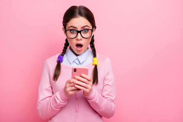 Nahaufnahmeporträt von ihr, sie attraktive hübsche hübsche erstaunte erstaunte fassungslose mädchen-aussenseiterin, die digitale gadget-5g-app verwendet, wie abneigung, repost-reaktion einzeln auf rosafarbenem pastellfarbhintergrund