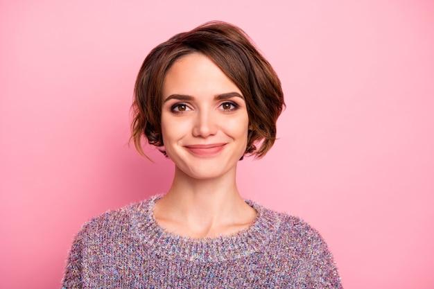 Nahaufnahmeporträt von ihr sie hübsch aussehendes attraktives hübsches hübsches charmantes niedliches fröhliches fröhliches braunhaariges mädchen lokalisiert über rosa pastellfarbener wand