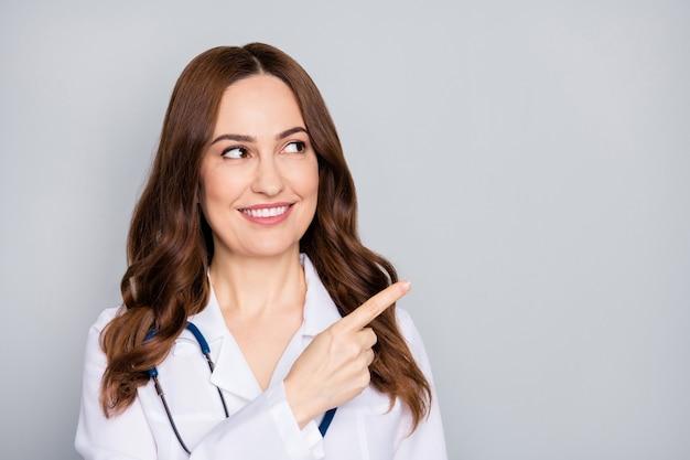 Nahaufnahmeporträt von ihr sie schöne attraktive fröhliche selbstbewusste wellige doc phonendoskop stethoskop zeigt look idee lösung isoliert über grau pastell farbe hintergrund