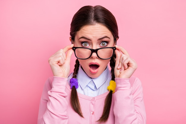 Nahaufnahmeporträt von ihr, sie schöne attraktive hübsche hübsche süße fassungslose, kluge, braunhaarige mädchen-aussenseiterin, die spezifikationen gefälschte informationsnachrichtenreaktion einzeln auf rosafarbenem pastellfarbenem hintergrund berührt