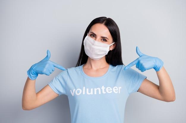 Nahaufnahmeporträt von ihr sie schöne attraktive inhalt erfolgreiche stolze mädchen freiwillige sozialarbeiterin zeigt auf sich selbst beste wahl rat isoliert über grau pastellfarbe hintergrund