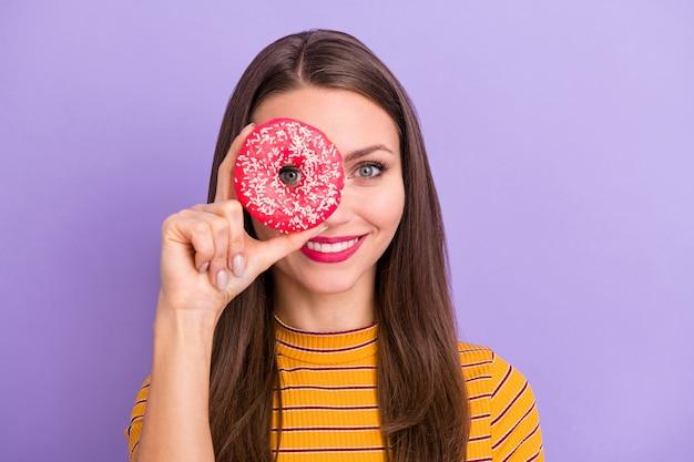 Nahaufnahmeporträt von ihr sie schönes attraktives reizendes fröhliches fröhliches lustiges mädchen, das in der hand donut wie monokel-ansichtsuhr lokalisiert über violetter lila lila pastellfarbe hält