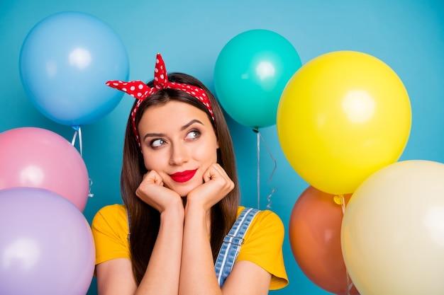 Nahaufnahmeporträt von ihr sie schönes attraktives reizendes glamouröses hübsches süßes mädchen, das vorbereitenden festtag lokalisiert auf hellem lebendigem glanz lebendigem blaugrünem blaugrünem türkisfarbenhintergrund denkt